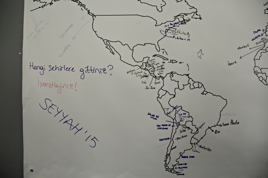 Dünya haritası üzerinde herkes gittiği yerleri işaretliyor
